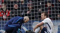 Manajer Tottenham Hotspur, Mauricio Pochettino,  mengatakan pihaknya belum bisa memastikan seberapa parah cedera Harry Kane. (AFP/Adrian Dennis)