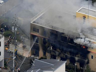 Asap mengepul saat kebakaran melanda studio animasi Kyoto Animation di Kyoto, Jepang, Kamis (18/7/2019). Sebanyak 13 orang diduga tewas dan puluhan lainnya luka-luka akibat kebakaran tersebut. (Kyodo News via AP)