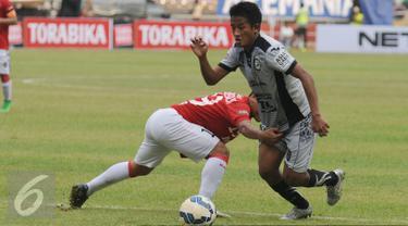 Penyerang Sriwijaya FC, Bayu Gatra berusaha melewati pemain Bali United saat laga perebutan tempat ketiga Piala Bhayangkara 2016 di Stadion GBK Jakarta, Minggu (3/4/2016). Sriwijaya unggul 2-0. (Liputan6.com/Helmi Fithriansyah)
