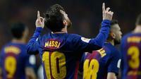 Penyerang Barcelona, Lionel Messi melakukan selebrasi usai mencetak gol ke gawang Sevilla di final Copa del Rey di stadion Wanda Metropolitano di Madrid (21/4). Barcelona menang 5-0.  (AP Photo / Paul White)