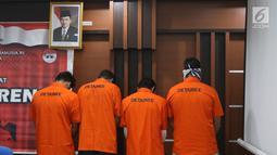 Empat warga negara asing (WNA) yang diduga terlibat kasus pemalsuan visa asing dipertunjukkan di Kantor Imigrasi Kelas I Jakarta Pusat, Selasa (6/3). Keempatnya diduga memalsukan telex visa RI dan stiker visa negara asing. (Liputan6.com/Arya Manggala)