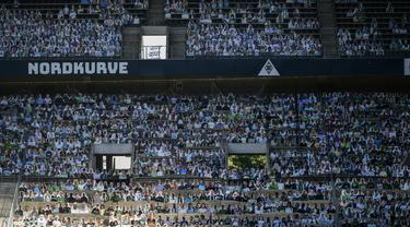 Cardboard pendukung Borussia Moenchegladbach mengisi tribun penonton di stadion Borussia Park, Moenchengladbach, Jerman, Rabu (20/5/2020). Ribuan Cardboard gambar suporter Borussia Moenchegladbach dipasang untuk mendukung timnya saat berlaga di kompetisi Bundesliga. (AFP/Ina Fassbender)