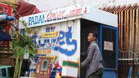 Seorang pedagang di Kota Lama mendapat giliran membersihkan toilet seadanya yang dibangun para pedagang di kawasan Kota Lama Semarang. (Foto : Liputan6.com/Cicilia Sinabariba/Edhie Prayitno Ige)