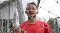 Gelandang Persib Bandung, Gian Zola Nasrulloh, memperlihatkan sepatu Ortuseight Forte Savage. (Istimewa)