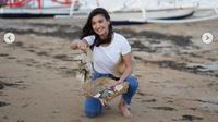 Raline Shah Rela Pungut Sampah di Pantai Demi Lestarikan Lingkungan. (dok.Instagram @ralineshah/https://www.instagram.com/p/CE1zt8vAcPy/Henry)