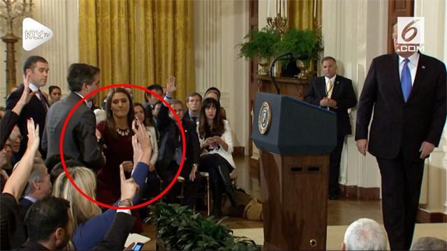 Seorang staff Gedung Putih menarik paksa mikrofon yang digunakan jurnalis CNN saat sedang melakukan tanya jawab dengan Donald Trump.