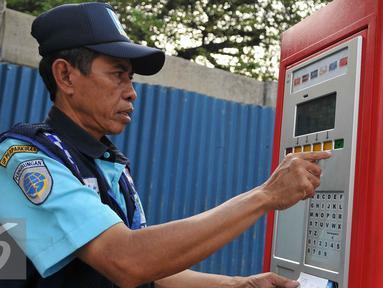 Petugas parkir melakukan transaksi pembayaran pada mesin parkir meter atau Tempat Parkir Elektronik (TPE) di Jalan Sabang, Jakarta Pusat, Senin (21/9/2015). Diduga mereka mendapatkan gaji di bawah UMP  DKI Jakarta. (Liputan6.com/Gempur M Surya)