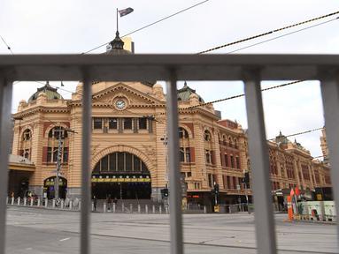 Stasiun Flinders Street hampir sepi selama jam sibuk pagi hari ketika penduduk kota kembali menjalani lockdown selama 7 hari di Melbourne, Jumat (28/5/2021). Melbourne kembali menerapkan lockdown untuk keempat kalinya setelah wabah COVID-19 menyebar cepat di wilayah tersebut. (William WEST/AFP)