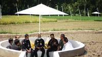Menteri Pertanian Syahrul Yasin Limpo (Mentan SYL) mengunjungi sekaligus panen padi di Svarga Bumi Borobudur, lokasi agro wisata sawah Kabupaten Magelang, Sabtu (6/3/2021). (Dok Kementan)