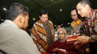 Menteri Perindustrian Airlangga Hartarto pada acara penyaluran bantuan sosial non tunai Program Keluarga Harapan (PKH) dan Bantuan Pangan Non Tunai (BPNT) di GOR Parung Bogor