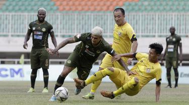 Gelandang Tira Persikabo, Ciro Alves, berebut bola dengan pemain Semen Padang pada laga Shopee Liga 1 di Pakansari, Bogor, Jumat (267/9). Tira Persikabo bermain imbang 1-1 atas Semen Padang. (Bola.com/Yoppy Renato)