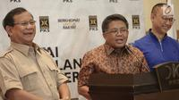 Presiden PKS, Sohibul Iman (tengah) didampingi Ketum Partai Gerindra, Prabowo Subianto, Sekjen PAN Eddy Soeparno memberikan keterangan pers untuk berkoalisi di Pilkada Serentak 2018 di Kantor PKS, Jakarta, Minggu (24/12). (Liputan6.com/Faizal Fanani)