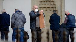 Seorang pria melipat sajadah di masjid Begova di Sarajevo, Rabu (6/5/2020). Setelah hampir dua bulan dikurung, Bosnia membuka kembali masjid-masjid untuk Umat Muslim yang merayakan bulan suci Ramadan dengan tetap mematuhi jarak sosial dan menggunakan peralatan pelindung. (AP/Kemal Softic)
