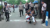 Ilustrasi pelajar jalan jongkok menuju Polres Bekasi karena tawuran. (Liputan6.com/Fernando Purba)
