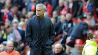 Manajer Manchester United Jose Mourinho melihat pemainnya bertanding melawan Arsenal saat pertandingan Liga Inggris di stadion Old Trafford di Manchester (29/4). (AP Photo / Rui Vieira)