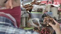 Pembeli memilih rempah-rempah yang dijual di Pasar Jatinegara, Jakarta, Kamis (26/3/2020). Merebaknya pandemi virus corona COVID-19 membuat penjualan jamu rempah-rempah seperti jahe, temulawak, dan kunyit meningkat pesat. (merdeka.com/Iqbal S. Nugroho)