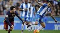 Pemain Barcelona, Lionel Messi, terjatuh saat berebut bola dengan pemain Espanyol, Hernan Perez, pada laga La Liga Spanyol. Trio Messi, Neymar dan Suarez gagal cetak gol, Barca hanya mampu bermain imbang. (Reuters/Stringer)