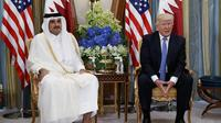 Presiden Donald Trump bersama dengan Emir Qatar Sheikh Tamim Bin Hamad Al-Thani (AP Photo/Evan Vucci, File)