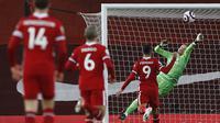 Kiper Everton, Jordan Pickford, menghalau bola saat Liverpool menyerang gawangnya dalam laga pekan ke-25 Premier League di Anfield, Minggu (21/2/2021) dini hari WIB. Everton berhasil menang 2-0 dalam pertandingan tersebut. (PHIL NOBLE / POOL / AFP)