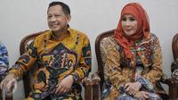 Calon Kapolri Komjen Pol Tito Karnavian didampingi istrinya, Tri Suswati (kanan) saat menerima kunjungan Komisi III DPR di kediamannya di Pasar Minggu, Jakarta, Rabu (22/6). (Liputan6.com/Johan Tallo)