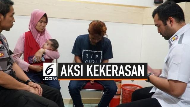 Sempat viral, video perlakuan kasar anak terhadap Ibu kandung di Jawa Timur. Akhirnya, anak tersebut dibawa ke kantor polisi dan meminta maaf terhadap perbuatannya.