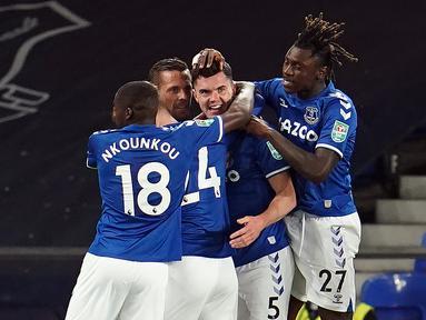 Pemain Everton merayakan gol yang dicetak Michael Keane ke gawang Salford City pada laga Piala Inggris di Stadion Goodison Park, Kamis (17/9/2020) dini hari WIB. Everton menang 3-0 atas Salford City. (AFP/Jon Super/pool)