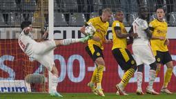 Pada menit ke-41, Robert Lewandowski berhasil menjadi keran gol bagi Bayern Munchen. Ia sukses mengkonversi umpan Serge Gnabry untuk mengubah papan skor menjadi 1-0. Keunggulan Die Rongten bertahan hingga babak pertama usai. (Foto: AP/Martin Meissner)