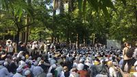 Ribuan massa HTI menunggu sidang putusan di PTUN Jakarta, Cakung, Jakarta Timur (Liputan6.com/Ditto)