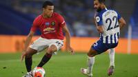 Striker Manchester United, Mason Greenwood, berebut bola dengan pemain Brighton pada laga Premier League pekan ke-32 di Stadion Falmer, Rabu (1/7/2020) dini hari WIB. Manchester United menang 3-0 atas Brighton. (AFP/Mike Hewitt/pool)