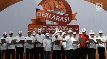 Mendagri Tjahjo Kumolo, Bawaslu, dan perwakilan TKN serta BPN dalam deklarasi komitmen bersama menjelang kampanye rapat umum dan iklan kampanye Pemilu 2019 di kantor Bawaslu RI, Jakarta, Sabtu (23/3). (merdeka.com/Imam Buhori)