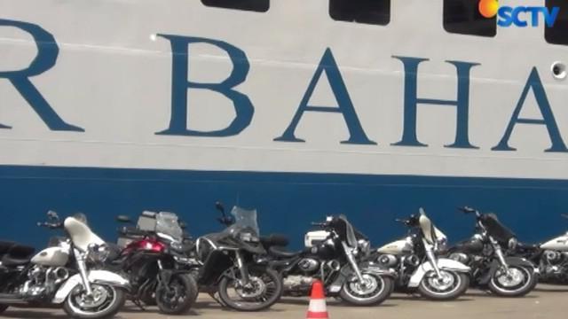 Dalam pemeriksaan, ditemukan 18 motor besar Harley Davidson dan sembilan mobil dan satu diantaranya mobil mewah merek Porsche.