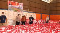 Pemkot Jayapura menerima 5.000 sembako dari Joko Widodo.  (Liputan6.com/Katharina Janur/Humas Pemkot Jayapura)