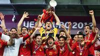 Kapten tim nasional Spanyol, Iker Casillas, mengangkat trofi Piala Eropa usai menaklukkan Italia 4-0, pada final Piala Eropa 2012, di Olympic Stadium, 1 Juli 2012. (UEFA)