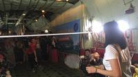 Legenda bulutangkis Indonesia, Liliyana Natsir (merah), bermain bulutangkis bersama koleganya, Debby Susanto, di atas pesawat Hercules milik TNI AU, Sabtu (9/2/2019) (Bola.com/Iqri Wdya)