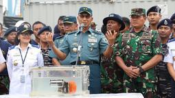 Kapushidrosal Laksda TNI Harjo Susmoro memberi keterangan terkait black box bagian Cockpit Voice Recorder (CVR) pesawat Lion Air JT 610 kepada awak media di Pelabuhan Tanjung Priok, Jakarta, Senin (14/1).  (Liputan6.com/Immanuel Antonius)