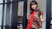 Dan kali ini giliran Gisella Anastasia yang cantik banget dengan setelan batiknya. Warna batik yang didominan merah ini membuat Gisel terlihat semakin merona dan cantik jelita pastinya. (Foto: Instagram)