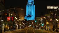 Balai Kota Los Angeles menyala biru saat Broadway terlihat sepi, Los Angeles, Amerika Serikat, Jumat (10/4/2020). Balai Kota dan beberapa landmark Los Angeles menyala biru untuk menunjukkan dukungan kepada petugas medis mengahadapi virus corona COVID-19. (AP Photo/Mark J. Terrill)