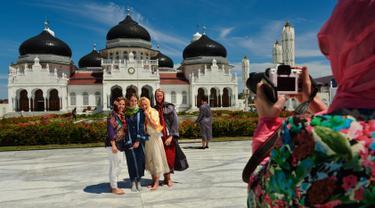 Masjid Raya Baiturrahman menjadi salah satu masjid yang menjadi incaran bagi wisatawan yang berkunjung ke Provinsi Aceh (CHAIDEER MAHYUDDIN / AFP)