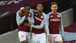 Bek Aston Villa, Kortney Hause (kiri) melakukan selebrasi bersama rekan setim usai mencetak gol kedua timnya ke gawang Crystal Palace dalam laga lanjutan Liga Inggris 2020/21 pekan ke-15 di Villa park, Birmingham, Sabtu (26/12/2020). Aston Villa menang 3-0 atas Crystal Palace. (AFP/Rui Vieira/Pool)