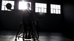 Pebasket kursi roda Indonesia, Donald Santoso, saat latihan di Lapangan basket Istana Kana, Jakarta Pusat, Senin (17/9/2018). Tim basket kursi roda Indonesia bersiap hadapi Asian Para Games. (Bola.com/Vitalis Yogi Trisna)