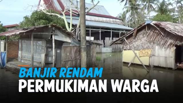 Banjir hingga selutut orang dewasa merendam kawasan permukiman di Polewali Mandar, Sulawesi Barat. Banjir terjadi akibat hujan deras yang mengguyur kawasan tersebut.