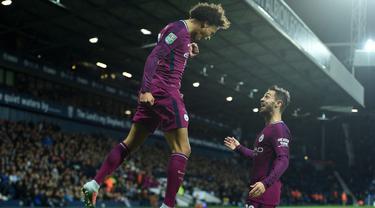 Selebrasi gol pemain Manchester City, Leroy Sane (kiri) bersama rekannya Bernardo Silva saat melawan West Bromwich Albion pada laga Piala Liga Inggris di The Hawthorns, West Bromwich, (20/9/2017). City menang 2-1. (AFP/Oli Scarff)