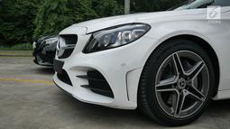 Mercedes-Benz C 200 EQ Boost (kiri) dan C300 AMG Line saat peluncuran Mercedes Benz The new C-Clas Production Roll-off di Pabrik Mercedes-Benz, Wanaherang, Bogor, Selasa (11/12). (Liputan6.com/Herman Zakharia)