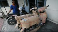 Petugas ekspedisi menata sepeda motor yang telah dibungkus di Stasiun Tugu, Yogyakarta, 19 Juni 2016. Dua pekan menjelang Lebaran, konsumen jasa pengiriman sepeda motor menggunakan kereta api semakin meningkat. (Liputan6.com/Boy Harjanto)