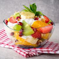 ilustarsi salad buah yogurt/copyright by nesavinov (Shutterstock)