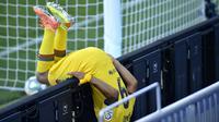 Reaksi pemain Barcelona Luis Suarez saat gagal mencetak gol ke gawang Alaves pada pertandingan La Liga di Stadion Mendizorroza, Vitoria, Spanyol, Minggu (19/7/2020). Barcelona menang 5-0. (AP Photo/Alvaro Barrientos)