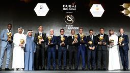 Striker Juventus, Cristiano Ronaldo (keempat kiri) foto bersama dengan peraih penghargaan selama Dubai Globe Soccer Awards ke-10 di Dubai (3/1).  Ronaldo telah mendapatkan 5 trofi Pemain Terbaik Dunia versi Globe Soccer Awards. (AFP Photo/Fabio Ferrari)