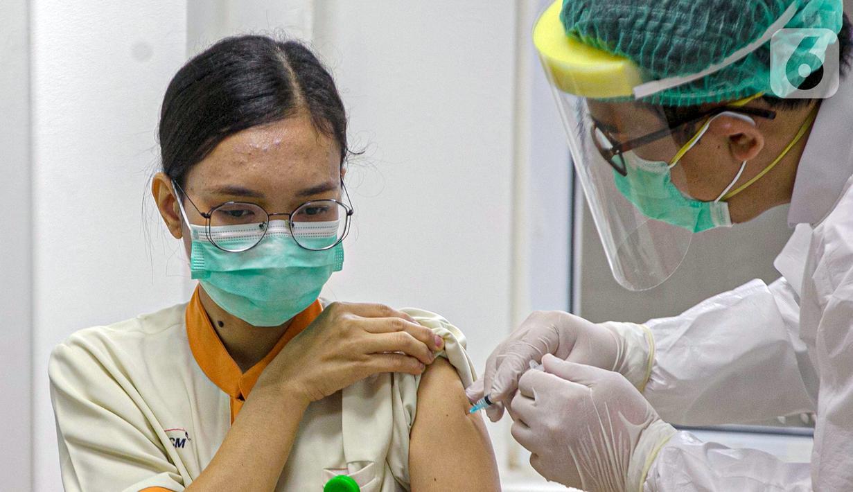 Tenaga kesehatan menjalani vaksinasi virus corona COVID-19 di RSCM, Jakarta, Kamis (14/1/2021). Tenaga kesehatan menjadi prioritas utama pada program vaksinasi COVID-19 tahap awal. (Liputan6.com/Faizal Fanani)