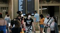 Orang-orang dengan masker berjalan di Grand Central Terminal, New York City, Selasa (27/7/2021). Warga Amerika yang divaksinasi penuh harus kembali memakai masker di dalam ruangan di daerah-daerah di mana virus corona dan terutama varian Delta menyebar dengan cepat. (Spencer Platt/Getty Images/AFP)
