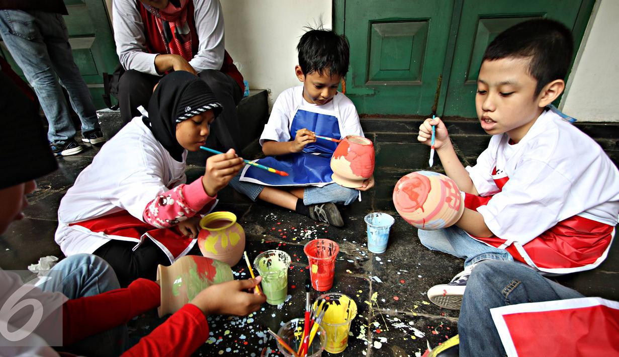 Penyandang disabilitas down sindrom, autis, dan asperger melukis keramik di Museum Seni Rupa dan Keramik, Jakarta, Jumat (23/10). Kegiatan untuk meningkatkan kemampuan dan keterampilan seni bagi penyandang disabilitas . (Liputan6.com/Immanuel Antonius)